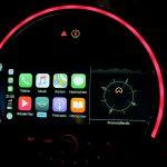 Splitscreen des MINI Connected Navigation plus-Systems. Links die Startseite von Apple CarPlay und daneben Navigationskompass des internen MINI Navis.