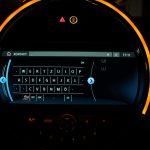 Touch-Keyboard. Alternativ auch Spracheingabe möglich durch Tippen auf das rot umrandete Symbol