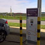 Hyundai Ioniq Elektro beim Laden an einer Schnellladesäule mit Gleichstrom DC.