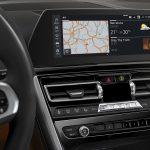 Touchscreen im BMW 8er mit Startseite, auf der drei Rechtecke mit Live-Infos zu sehen sind (Quelle: BMW).