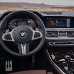 Cockpit des BMW X5 (G05) mit Instrumenten-Display (12,3-Zoll) und einem 12,3-Zoll-Touchscreen in der Mitte. Hier läuft Skype for Business als Connected-Dienst (Quelle: BMW).