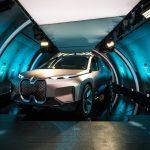 BMW Vision iNext im Flugzeug.