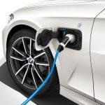Plug-In-Hybrid-Version des BMW 3er mit Ladeanschluss am linken Kotflügel (Foto: BMW).