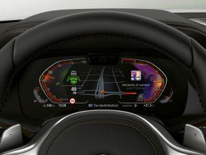 """Das Info Display direkt hinter dem Lenkrad ist Voraussetzung für das """"BMW OS 7.0"""". Es misst 12,3-Zoll und lässt sich frei belegen, wobei links immer die Geschwindigkeit und der Tankstand angezeigt wird. Der Rest lässt sich frei mit Informationen belegen (Foto: BMW)."""