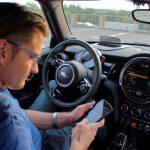 Neues Lenkrad mit Multifunktionstasten. Zum Aufruf der Sprachsteuerung (entweder NLU oder in Verbindung mit Apple CarPlay startet Siri) sowie Tasten zur Steuerung von Multimedia-Funktionen.