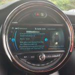 """Nachrichtenportal im Rahmen der """"MINI Connected Fahrzeug-Apps"""". Wahlweise können die Meldungen vorgelesen oder manuell gelesen werden. Daneben ist im Splitscreen das Albumcover des abgespielten Songs zu sehen."""