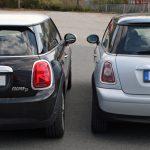 Links steht die 3. Generation New MINI (F56), die breiter ist, als die zweite Generation (R56) rechts daneben.