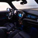 Innenraum des MINI (F56) mit optionaler beleuchteter Interieurleiste im Union-Jack-Design auf der Beifahrerseite (Foto: MINI).