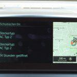 """Informationen zu Öffnungszeiten und zum vorhandenen Steckertyp der Ladestation. Nur verfügbar, wenn man Abonnent des """"BMW Connected Plus Package"""" ist."""