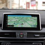 Navigationskarte mit RTTI-Echtzeitverkehrsinfo im Festeinbau-Navi mit BMW ID6 als Betriebssystem.