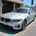 BMW 330e an einer Ladestation