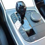 Auswahl des Fahrmodus neben dem Automatikgetriebewählhebel, um manuell den Elektro-Fahr-Modus beim Plug-in-Hybriden BMW 330e aktivieren zu können.
