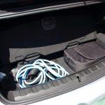 Ladekabel-Fach unter dem Kofferrraum mit zwei Ladekabeln im Plug-in-Hybriden BMW 330e.