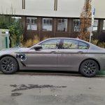BMW 530e an einer öffentlichen Ladestation (Quelle: Dr. Windows).