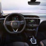 Cockpit des Opel Corsa-e mit großem Navi und silbernen Dekorleisten (Quelle: Opel Deutschland).
