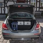 Mercedes-Benz-Plug-in-Hybrid-E300de-hat-eine-Stufe-im-Kofferraum.